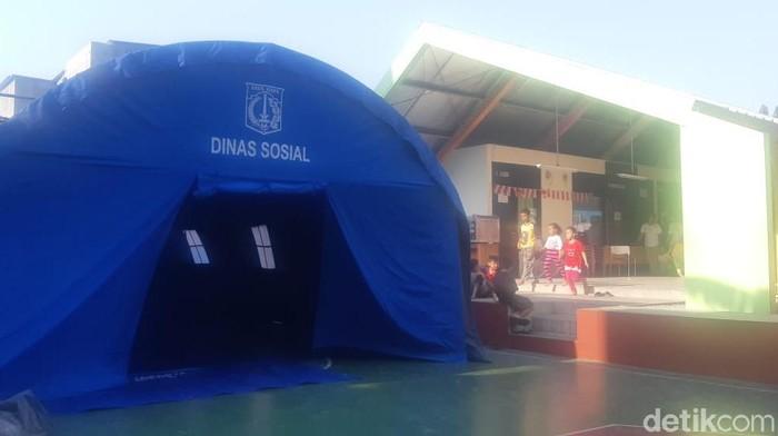 Foto: Tenda dari Dinsos DKI untuk pengungsi kebakaran di Taman Sari (Laras/detikcom)