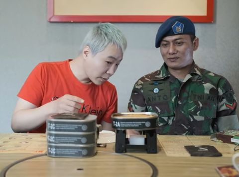 Cicip Ransum TNI, YouTuber Korea Ini Ketagihan Enaknya