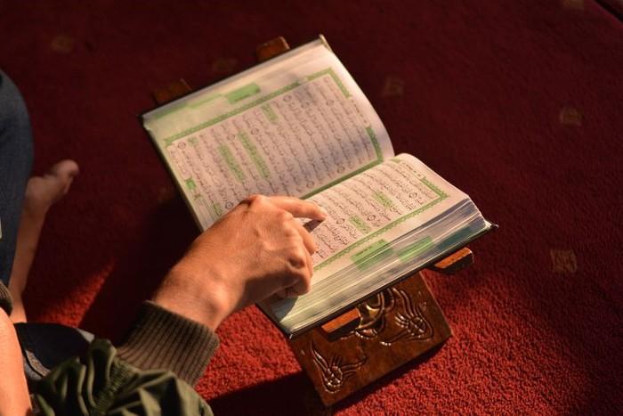 Reading Al Quran in the mosque