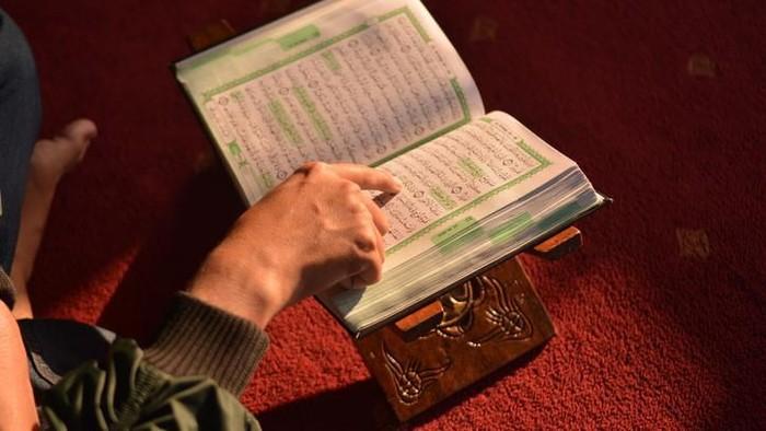 Ilustrasi membaca Al-Quran, pelaku pamer ATM dan lempar sperma perlu diruqyah. Foto: iStock