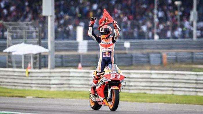 Marc Marquez jadi juara dunia MotoGP 2019 usai memenangi seri Thailand. (Foto: Lillian SUWANRUMPHA / AFP)