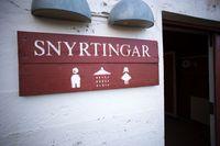 Ppapan penunjuk bertuliskan toilet dalam bahasa Islandia