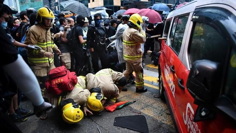 Taksi Tabrak Kerumunan Demonstran Hong Kong, Sopir Dipukuli Massa