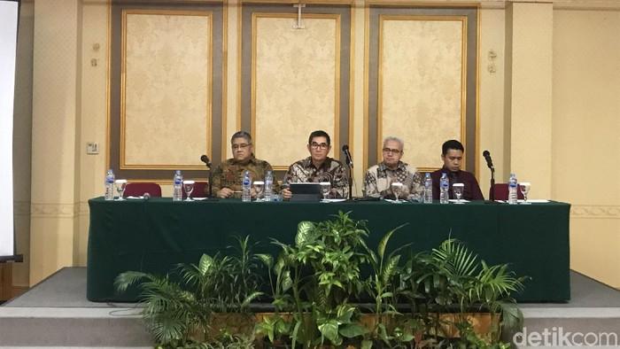 Hamdan Zoelva (kedua dari kiri) dan tim kuasa hukum Desrizal Chaniago tersangka penyabet hakim PN Jakpus/Foto: Roland-detikcom