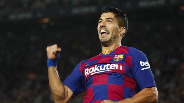 Luis Suarez mencetak gol pembuka untuk Barcelona.