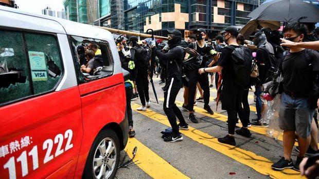 Massa merusak taksi yang menabrak kerumunan demonstran di Hong Kong