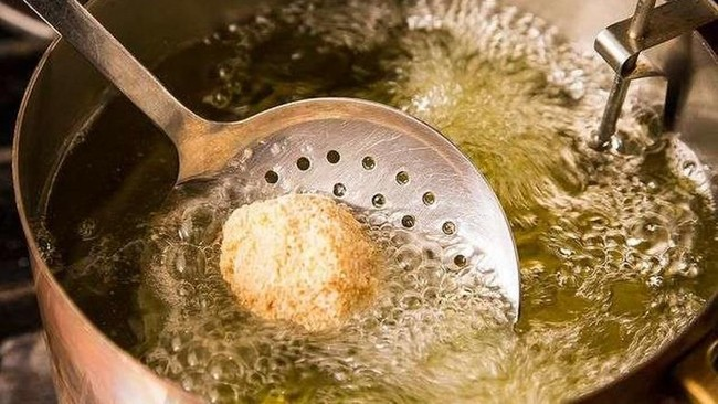 Nasib Gorengan di Balik Rencana Minyak Goreng Curah Haram Beredar