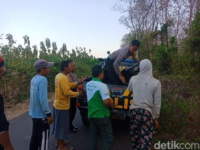 Evakuasi kendaraan korban ke mobil polisi/Foto: Istimewa