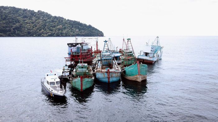 21 kapal ikan ilegal ditenggelamkan. Rinciannya 18 kapal perikanan asing ilegal yang terdiri dari 16 kapal berbendera Vietnam dan 2 kapal berbendera Malaysia dimusnahkan dengan cara ditenggelamkan di Pontianak, Kalimantan Barat, Minggu (6/10/2019). Sebelumnya Jumat (4/10/2019) di Sambas, kapal ikan ilegal asal Vietnam dimusnahkn dengan cara dihancurkan dan mesinnya ditenggelamkan. Istimewa/Kementerian Kelautan dan Perikanan.