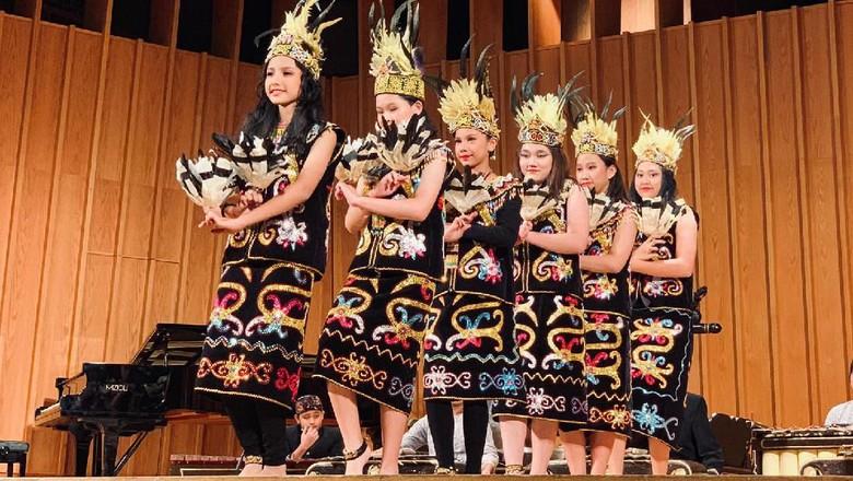 Penampilan tari Dayak Delegasi Indonesian Cultural Caravan 2019 (dok. KJRI Chicago)
