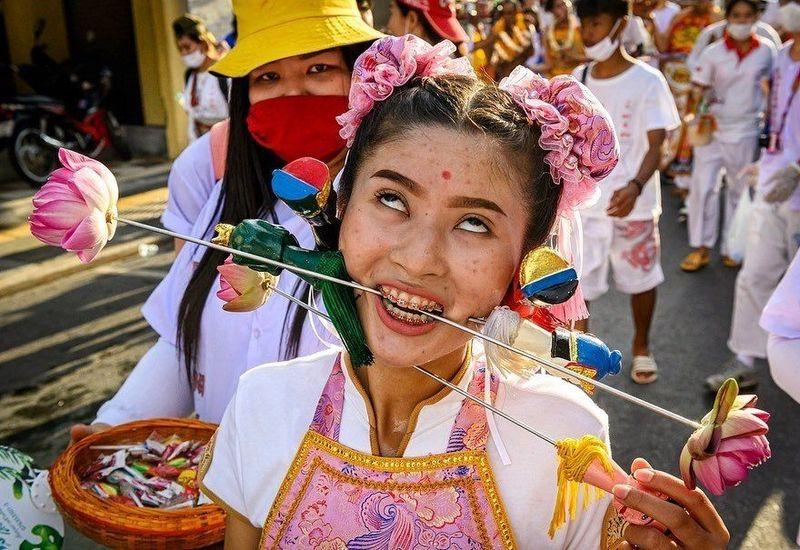 Namanya Festival Vegetarian, kegiatan ini dilakukan oleh masyarakat Phuket sebagai bentuk ucapan syukur dari kesembuhan leluhur mereka. (AFP)