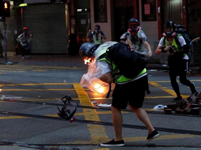 Momen saat jurnalis Hong Kong terkena lemparan bom molotov (REUTERS/Jorge Silva)