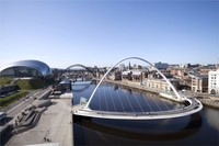 Ikonnya Newcastle yang jadi spot nongkrong adalah Gateshead Millennium Bridge. Jembatan yang terbentang di atas Sungai Tyne ini terlihat indah dengan lengkungannya (iStock)