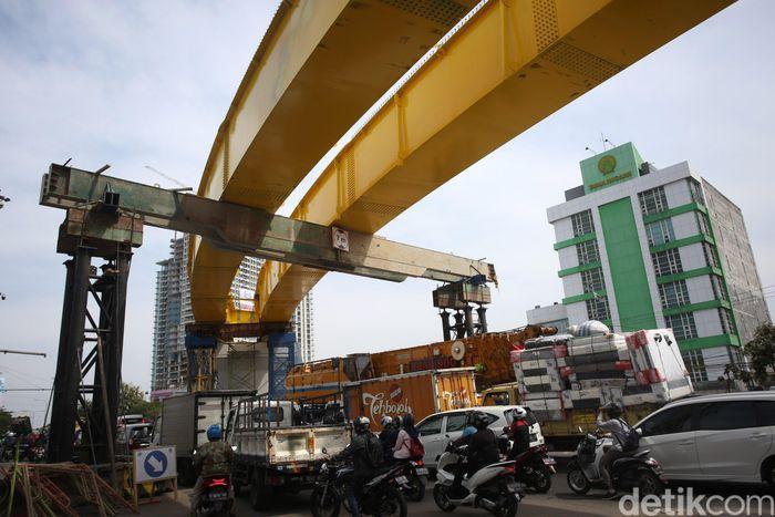 Pembangunan flyover Rawa Panjang terus dikerjakan.