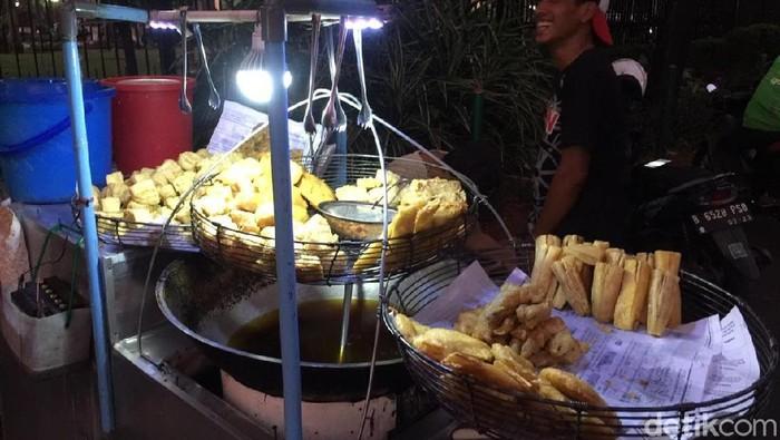 Larangan menjual minyak goreng curah dikhawatirkan memicu kenaikan harga gorengan. (Foto: Vadhia Lidyana)