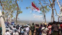 TNI dan Warga Tapal Batas RI-Timor Leste Kibarkan Merah Putih Raksasa