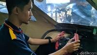 Ketua Tim Mobil Listrik Krisna Slamet Rasyid duduk di prototype mobil listrik yang dibuat selama 2 tahun terakhir dengan biaya mencapai Rp 100 juta.