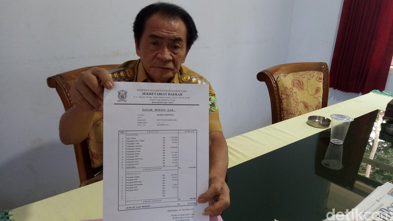 Bupati Banjarnegara Budhi Sarwono ketika menunjukan slip gajinya. Foto: Uje Hartono/detikcom