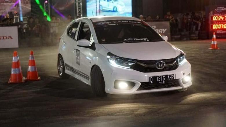 PT Honda Prospect Motor menggelar kompetisi slalom Brio Saturday Night Challenge (BSNC) di Parkir Timur Plaza Surabaya, 5 Oktober lalu. Sebanyak 59 peserta ikut ambil bagian.