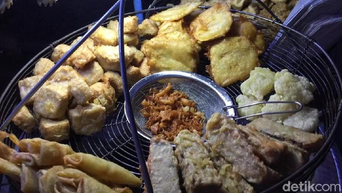 Pembatasan minyak goreng curah dikhawatirkan berdampak pada hagra gorengan. (Foto: Vadhia Lidyana)