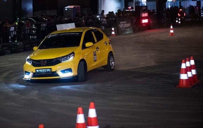 PT Honda Prospect Motor kembali menggelar kompetisi slalom Brio Saturday Night Challenge (BSNC) yang telah memasuki seri ketiga pada 5 Oktober 2019 di Parkir Timur Plaza Surabaya. Pool/Honda Prospect Motor.