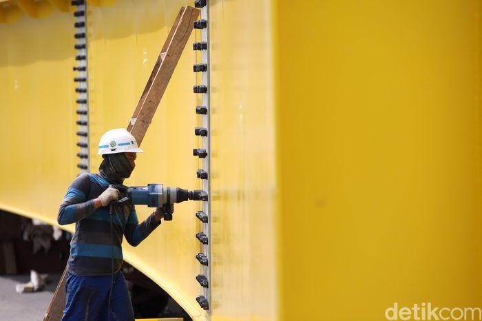 Pekerja melakukan proses pembangunan flyover Rawa Panjang, Bekasi, Jawa Barat, Senin (7/10/2019).