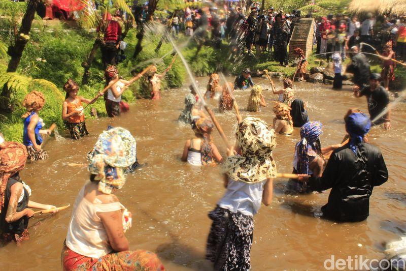 Ngalokat Cai Nyalamatkeun Solokan merupakan nama ritualnya yang diadakan oleh warga Dusun Kancah, Kampung Panyairan, Desa Cihideung, Parongpong, Kabupaten Bandung Barat. Ritual ini ditujukan untuk menjaga sumber air mereka (Yudha Maulana/detikcom)