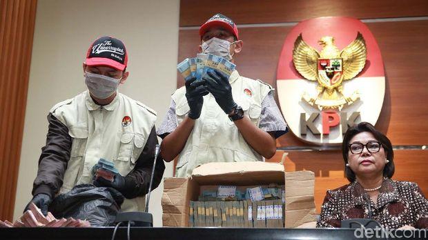 KPK menunjukkan barang bukti kasus suap Bupati Lampung Utara senilai Rp 728 juta.