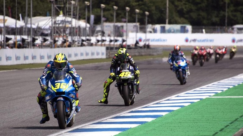 BANGKOK, THAILAND - OCTOBER 06:  Joan Mir of Spain and Team Suzuki ECSTAR leads the field during the MotoGP race during the MotoGP of Thailand - Race on October 06, 2019 in Bangkok, Thailand. (Photo by Mirco Lazzari gp/Getty Images)