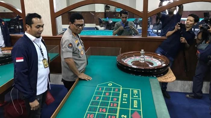Foto: Polisi Bongkar Kasino di Apartemen Robinson (Rolando)