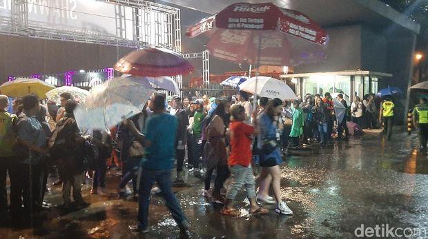 Teriak-teriak Lucu Terobos Hujan Jelang Konser Shawn Mendes