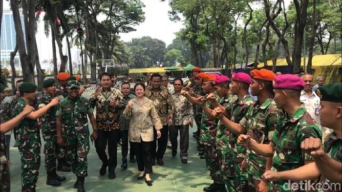 Ketua DPR Puan Maharani dan pimpinan DPR lainya mendatangi pos pengamanan TNI-Polri. (Marlinda/detikcom)