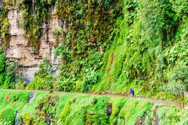 Death Road terbentang dari titik 61-69 km. Lebar jalannya hanya 12 kaki atau sekitar 3 meter saja. Tak ada pagar pembatas, jalanan ini bisa bikin kamu terjun bebas ke jurang sedalam 600 meter. Hiii.. (iStock)