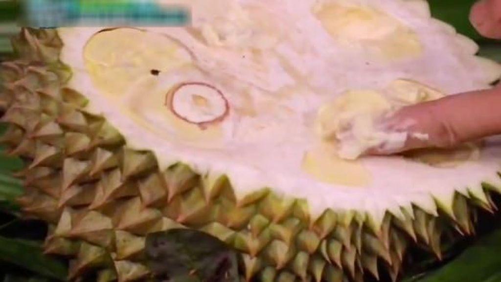 Kocak Abis! Cara Orang Korea Makan Durian Ini Bikin Geleng-geleng Kepala