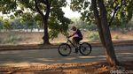 Melihat Kondisi Jalur Sepeda di Kawasan Kanal Banjir Timur