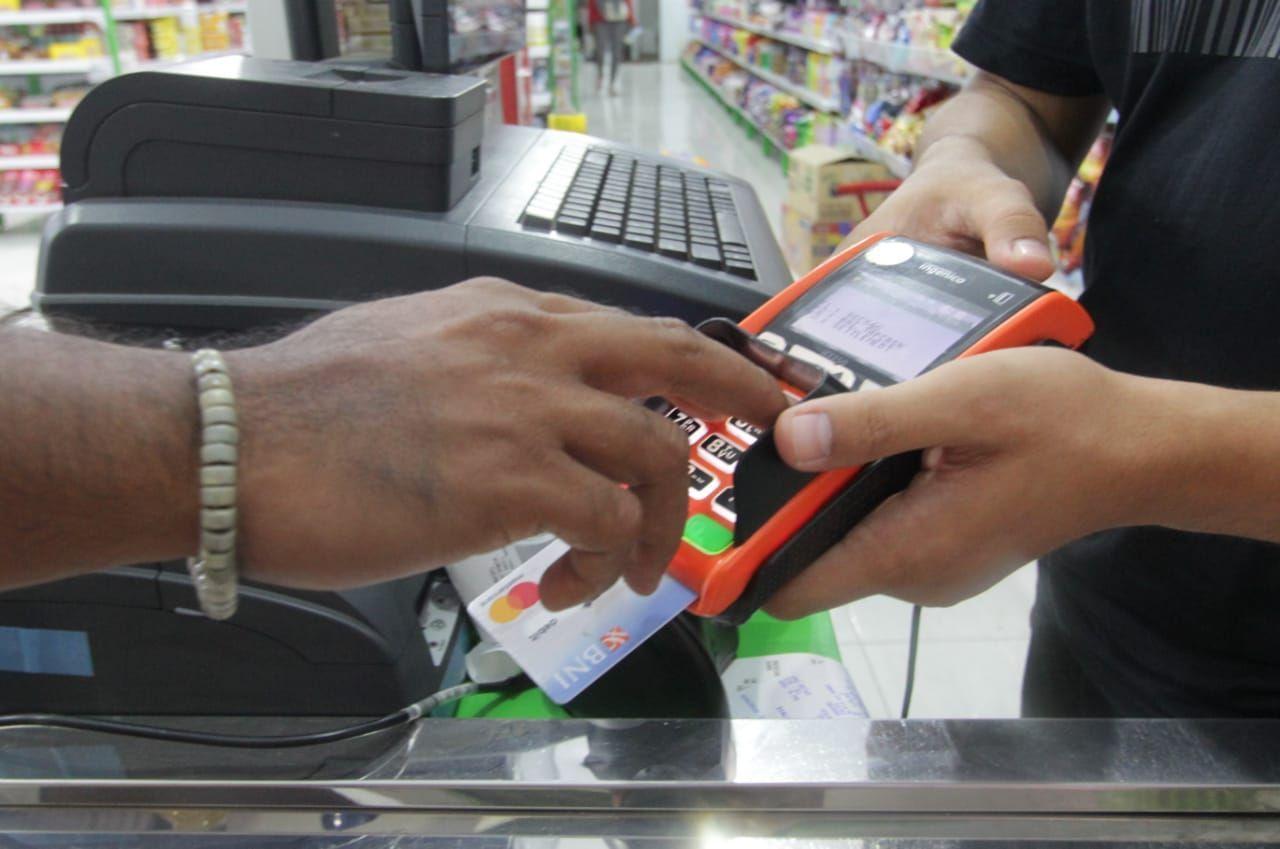 Dedikasi Agen46 di MorotaiSalah satu agen46 Rizky (kanan) melayani pembeli di toko kelontong miliknya di Morotai, Maluku Utara, Selasa (8 Oktober 2019).Agen46 melayani pembukaan rekening BNI, tarik/setor tunai, transfer, transaksi uang elektronik serta berbagai layanan pembayaran seperti pembelian pulsa, pembayaran listrik, hingga BPJS.Per Agustus 2019, BNI telah memiliki sebanyak 128.431 Agen46 yang tersebar di seluruh Indonesia.  (Dok. BNI)