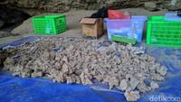 Alat-alat dari batu seperti ujung panah, flakes, batu pipisan serta kapak yang sudah diasah juga ditemukan di gua ini. Karena di gua tersebut banyak ditemukan peralatan dari tulang, disebut Sampung Bone Culture. (Charolin/detikcom)