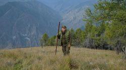 Rayakan Ultah ke-67, Putin Nanjak Gunung di Siberia Sembari Petik Jamur