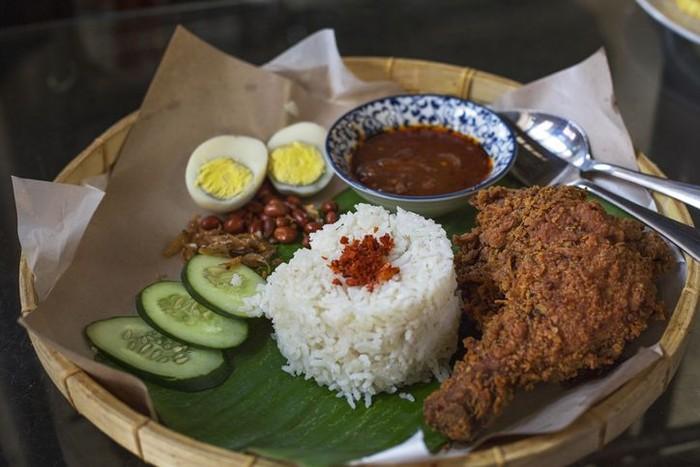 Siapa tak kenal nasi lemak? Nasi ini sangat populer di Malaysia sebagai menu sarapan. Anda akan menemukan banyak tempat makan nasi lemak di pinggir jalan. Terdiri dari nasi gurih dengan lauk ikan teri, telur, ayam, sambal, serta potongan timun. Nyaamm! Foto: iStock