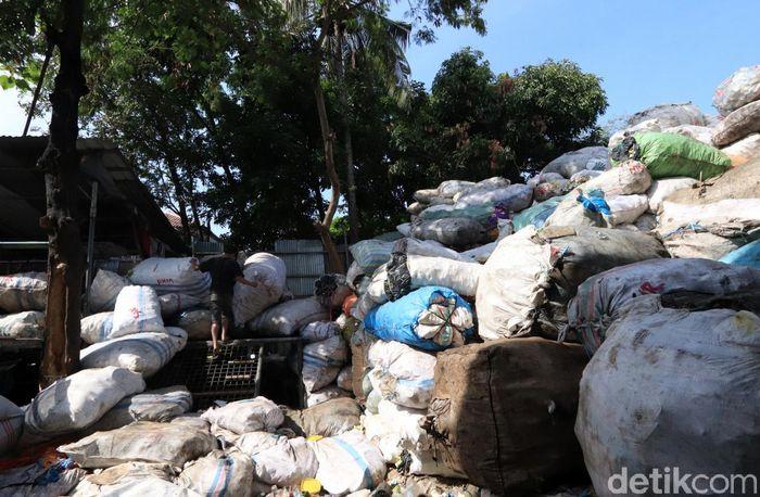 Proses daur ulang plastik ini pun perlahan mulai menarik perhatian masyarakat. Bisnis daur ulang plastik pun mulai berkembang di sejumlah tempat, salah satunya di kawasan Kelurahan Cipamokolan, Kecamatan Rancasari, Kota Bandung.