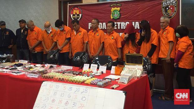 Para tersangka dari kelompok judi RBS 29, di Apartemen Robinson, Jakarta Utara.
