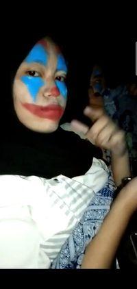 Penampilan Deen saat nonton film Joker di bioskop