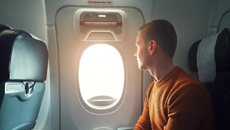 Ilustrasi kursi dekat pintu darurat pesawat (iStock)