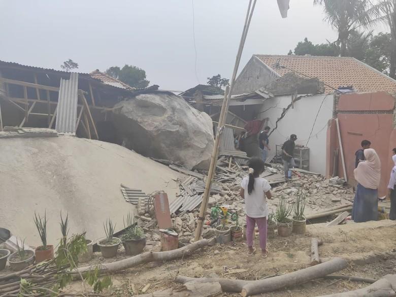 Hujan Batu Raksasa Akibat Ledakan Tambang Hancurkan Rumah dan Sekolah