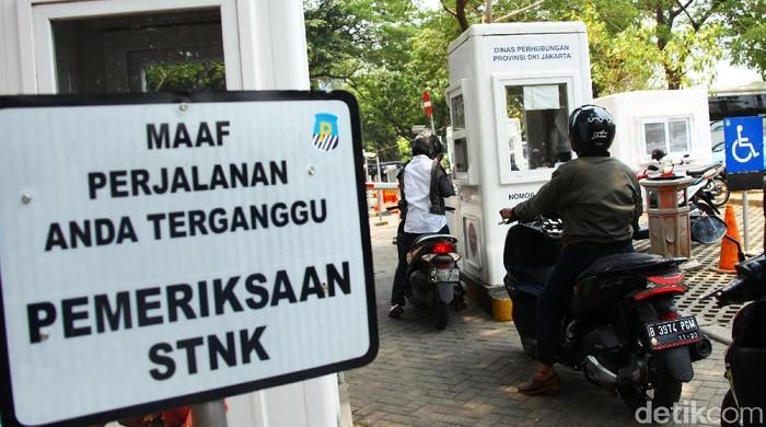 Tarif parkir di DKI Jakarta bakal naik jelang akhir tahun. Gubernur DKI Jakarta Anies Baswedan disebut tidak ingin kenaikan tarif parkir itu ditunda-tunda.