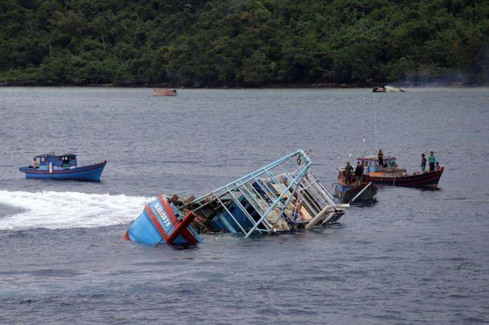 Satuan Tugas Pemberantasan Penangkapan Ikan Secara Ilegal (Satgas 115) memimpin pemusnahan 19 kapal perikanan asing (KIA) ilegal di tiga kota secara bersamaan pada Senin (7/10). Pool/Kementerian Kelautan dan Perikanan.