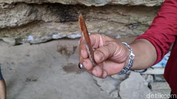Ditemukan berbagai peralatan dari tulang yang diperkirakan ada sejak jaman manusia pra sejarah dari Ras Austrimelanesoid yang menghuni Gua Lawa. (Charolin/detikcom)