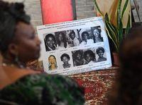Orang-orang melihat foto-foto korban pembunuhan berantai yang dikenal Lonnie Franklin yang dikenal sebagai
