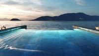 Gambar rendering superyacht Aqua yang futuristik memperlihatkan adanya infinity pool dan heli-pad. Ada pula spa di dalamnya (Sinot Yacht Architecture & Design 2019/CNN)