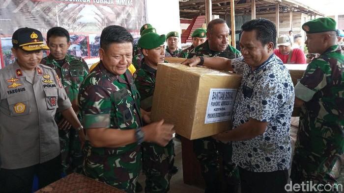 TNI-Polri memberikan bantuan ke pengungsi di Timika, Papua. (Saiman/detikcom)